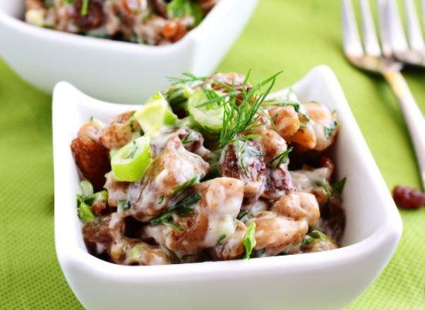 salat-s-kuriczej-i-izyumom