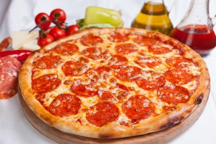 prostaya-piczcza-s-kolbasoj-i-pomidorami
