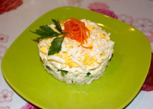 salat-s-plavlenym-syrom-i-kuriczej