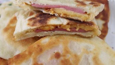 Photo of Закрытая мини-пицца с колбасой и сыром за 15 минут