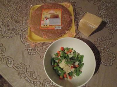 подготовка ингредиентов для блинного пирога