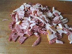 подготовка продуктов для горохового супа с беконом