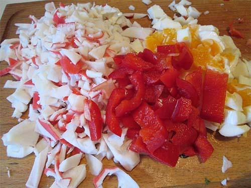 процесс приготовления салата из фасоли и крабовых палочек