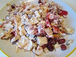 Готовый салат из фасоли и крабовых палочек