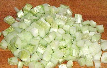 приготовление салата с китайской капустой и курицей