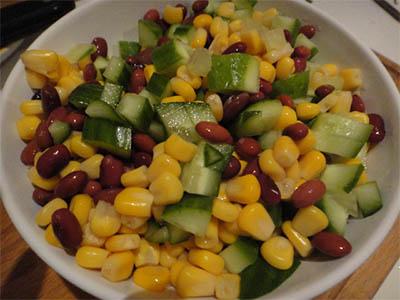 процесс приготовления салата из консервированной фасоли