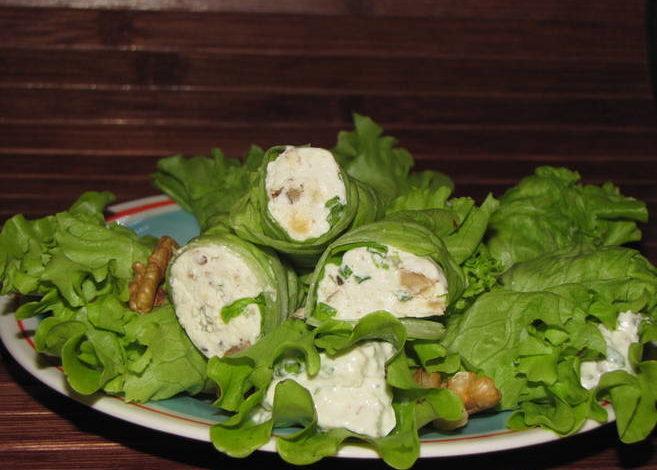 рулетики из листьев салата
