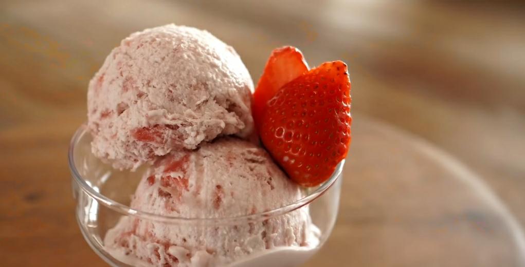 Раскладываем готовое мороженое в креманки
