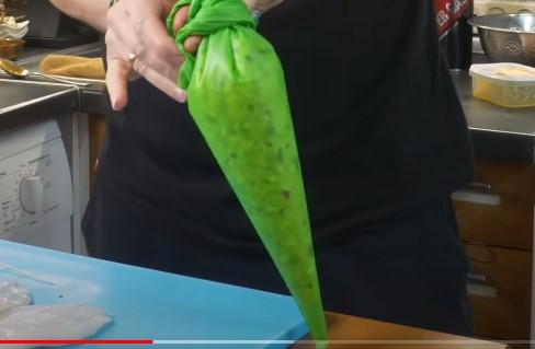 Выкладываем начинку в пакет