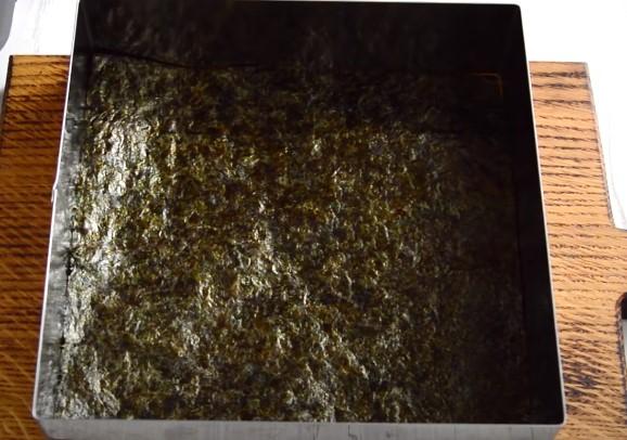 Кладем в форму лист нори