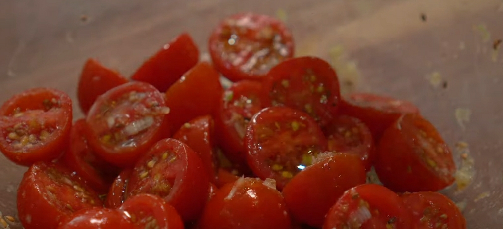 Обваливаем помидоры в соусе
