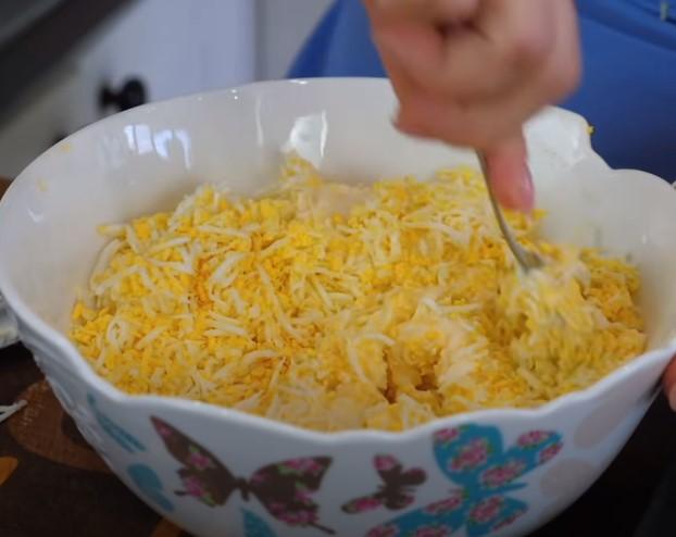 Смешиваем яйца и сыр