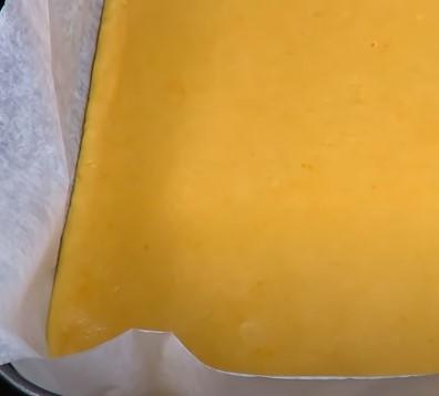Выкладываем тесто в форму