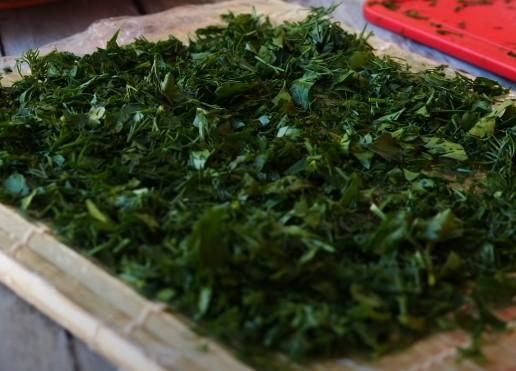 Выкладываем зелень на коврик для суши