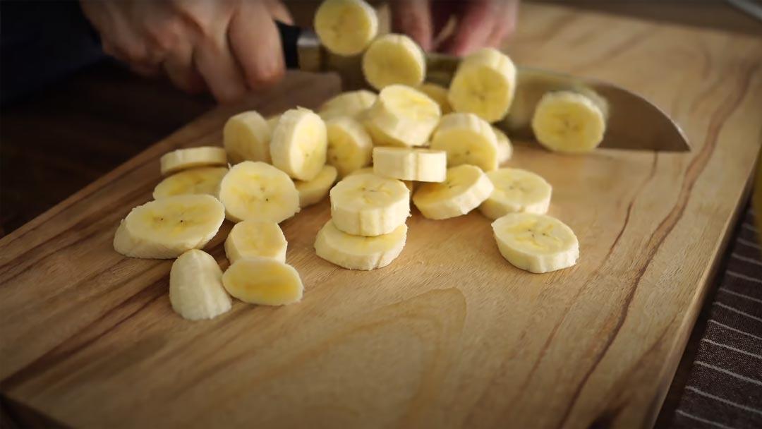 фото нарезанного банана для тоста