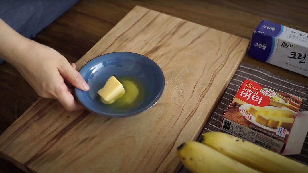 фото размягченного сливочного масла для тоста с бананом
