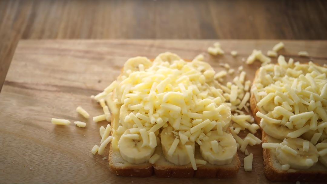 фото тоста с бананом и сырной шапкой