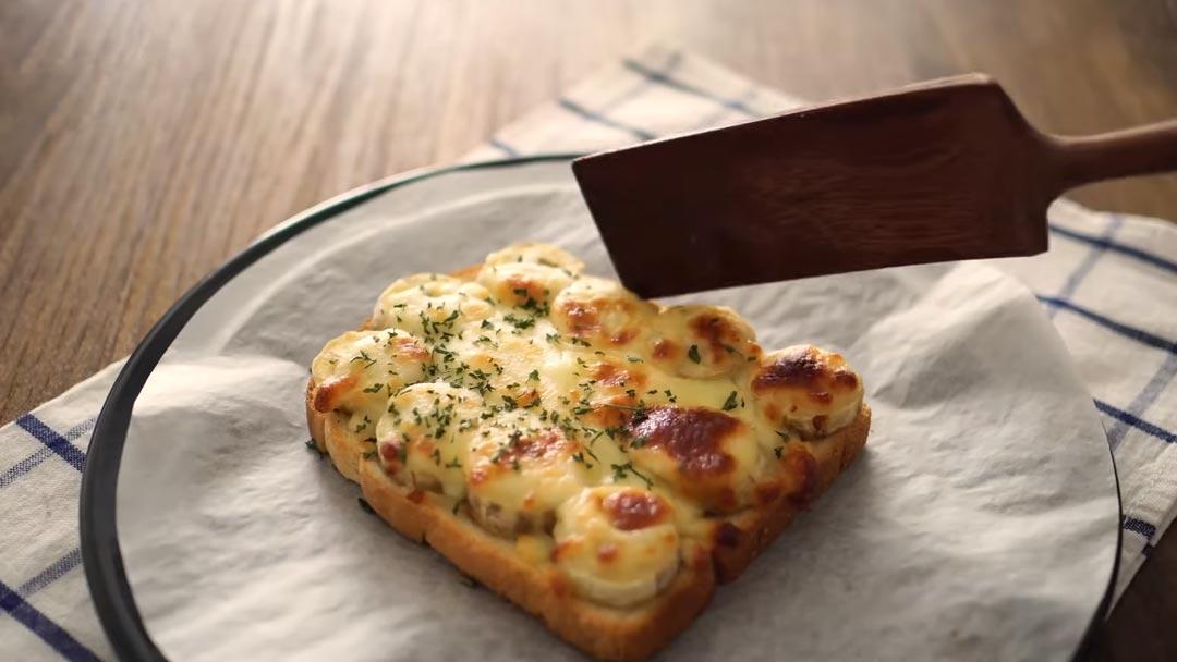 фото запеченного тоста с бананом и сыром