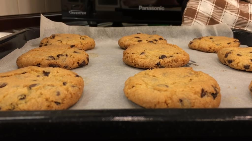 фото печенья с шоколадной крошкой на противне