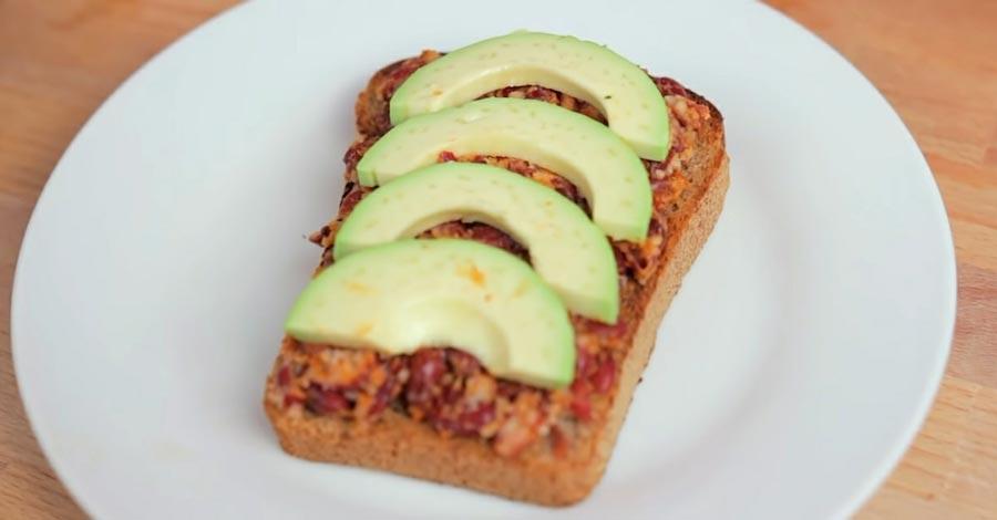 фото веганского бутерброда с авокадо