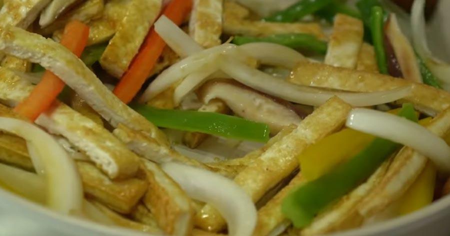 фото процесса жарки тофу и овощей