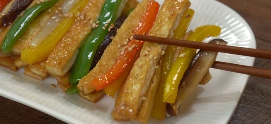 фото готового жареного тофу с овощами